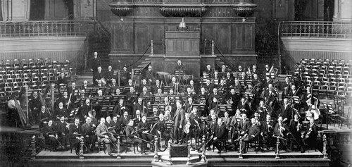 1907-main-hall-concertgebouworchestra-with-conductor-willem-mengelberg-1280x608-1[1].jpg