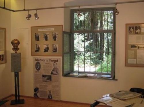 ヴァルター湖畔のマイアーニッヒの作曲小屋の内部.jpg