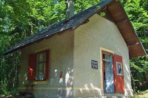 ヴェルター湖畔のマイアーニッヒの街の作曲小屋.jpg
